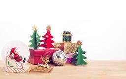 Ornements de thème de Noël sur le plancher en bois Photo libre de droits