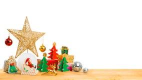 Ornements de thème de Noël sur le plancher en bois Image stock