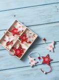 Ornements de vintage de Noël dans une boîte en bois sur un fond en bois bleu, vue supérieure L'espace libre Photographie stock libre de droits