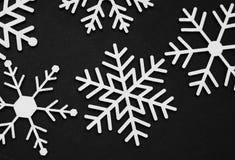 Ornements en bois de flocons de neige de coupe de laser Flocons de neige en bois sur le fond bleu Hiver ou concept de Noël Images stock