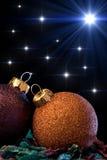 Ornements et étoiles de Noël Photographie stock libre de droits