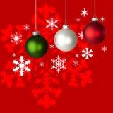 Ornements et flocon de neige blancs, rouges et verts de Noël Photographie stock libre de droits