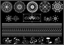Ornements et frontière ronds blancs de calligraphie sur le fond noir Images stock