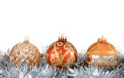 Ornements et guirlande d'arbre de Noël Photographie stock libre de droits