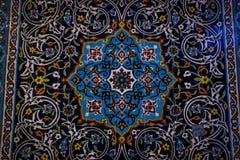 Ornements et modèles traditionnels sur un fond bleu dans les mosquées iraniennes photographie stock libre de droits