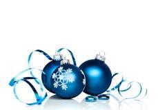 Ornements et ruban de Noël avec l'espace blanc de copie photo libre de droits