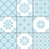 Ornements floraux bleus et blancs Ramassage de configurations sans joint Photo libre de droits