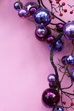 Ornements pour Noël dans le pourpre Photographie stock libre de droits