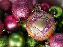 Ornements roses et verts de Noël Photos libres de droits