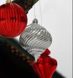 Ornements rouges, blancs et clairs de Noël dans la neige Image libre de droits