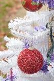 Ornements rouges brouillés de vintage de scintillement de Noël blanc Photos stock