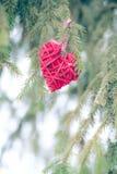 Ornements rouges de Noël, coeur, sur une carte de voeux de Joyeux Noël d'arbre de Noël Thème de vacances d'hiver Photo libre de droits