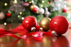 Ornements rouges de Noël sur une table photo libre de droits