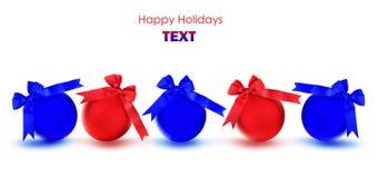 Ornements rouges et bleus d'arbre de Noël de babioles Image stock