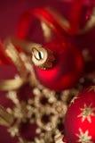 Ornements rouges et d'or de Noël sur le fond lumineux de bokeh Photos stock