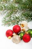Ornements rouges et verts de fête de Noël Photographie stock libre de droits