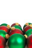 Ornements rouges et verts de Noël sur le blanc Photos libres de droits