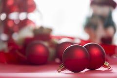 Ornements rouges pour l'arbre de Noël photo stock