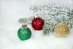 Ornements scintillants de Noël dans la neige Photo libre de droits