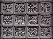 Ornements sur la porte de l'église historique Image libre de droits