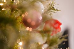 Ornements Unfocused de Noël de décoration d'arbre de Noël photographie stock libre de droits