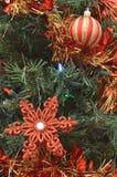 Ornements verts de rouge d'arbre de Noël Images libres de droits