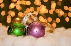 Ornements verts et pourprés de bille de Noël d'or Photographie stock