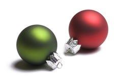 Ornements verts et rouges de Noël sur le blanc Images libres de droits