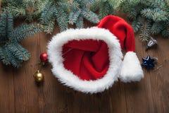 Ornements vides de chapeau de Noël sur une table dans la neige avec f gentil Images libres de droits