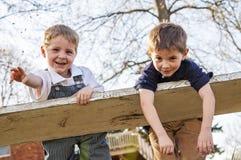 2 ornery мальчика на качании Стоковая Фотография