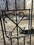 Orni di recinzione sotto forma di ancore fotografia stock