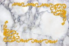 Orni gli elementi, progettazioni floreali dell'oro d'annata su marmo bianco Fotografie Stock