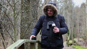 Ornitolog pije herbaty w parku zdjęcie wideo