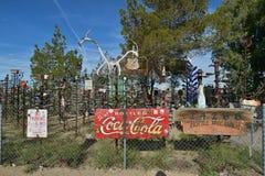 Oro большое, Калифорния, США, 17-ое апреля 2017: Разлейте взгляд по бутылкам ранчо дерева на исторической трассе 66 Стоковая Фотография RF