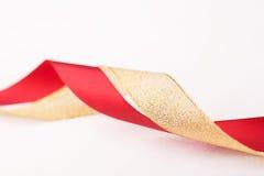 Oro agradable y cintas de satén rojas Fotografía de archivo libre de regalías