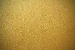 Oro amarillo brillante de la hoja del fondo de la textura de la pared Foto de archivo libre de regalías