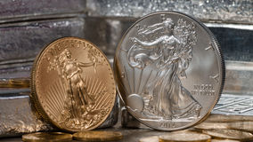 Oro americano Eagle Vs Eagle de plata Fotografía de archivo libre de regalías