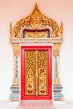 Oro antiguo que talla la puerta de madera del templo tailandés Fotografía de archivo libre de regalías