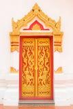 Oro antiguo que talla la puerta de madera del templo tailandés Imagenes de archivo