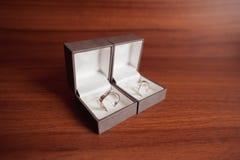 Oro bianco delle fedi nuziali in scatole Fotografia Stock