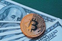 Oro Bitcoin en cientos dólares de cuentas macras fotos de archivo