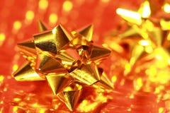 Oro brillante del arqueamiento del regalo   Foto de archivo libre de regalías