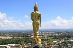 Oro Buddha che sta su una montagna Wat Phr That Khao Noi, Nan Province, Tailandia Fotografia Stock Libera da Diritti