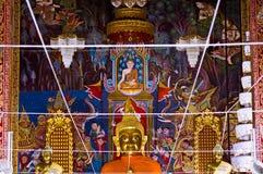 Oro Buddha en templo tailandés Fotografía de archivo libre de regalías
