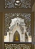 Oro Buddha incorniciato nell'architettura Fotografie Stock