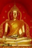 Oro Buddha nel tempiale immagine stock