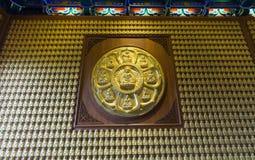 Oro Buddha sulla parete Fotografia Stock