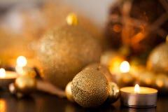 Oro caliente y fondo rojo de la luz de una vela de la Navidad Imagen de archivo libre de regalías