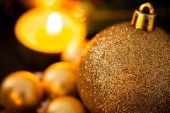 Oro caliente y fondo rojo de la luz de una vela de la Navidad Fotos de archivo libres de regalías