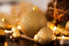 Oro caliente y fondo rojo de la luz de una vela de la Navidad Imágenes de archivo libres de regalías